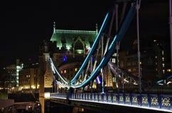 Sikt av tornbron på natten: London Arkivfoto