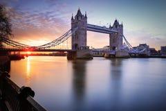 Sikt av tornbron på soluppgång i London, UK Arkivbild