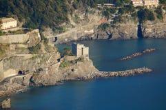 Sikt av tornet över havet, Monterosso Arkivfoton