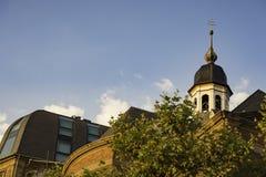 Sikt av tornet överst av Josephskapelle i Dusseldorf, Tyskland arkivbilder