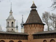 Sikt av tornet av en kristen kloster och klockatornet på royaltyfri fotografi