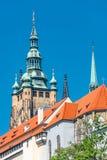 Sikt av tornet för helgonThomas Church det huvudsakliga klocka på bakgrund för blå himmel, Prague, Tjeckien, sommar royaltyfri fotografi