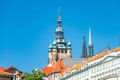 Sikt av tornet för helgonThomas Church det huvudsakliga klocka på bakgrund för blå himmel, Prague, Tjeckien, sommar arkivbild