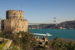 Sikt av tornet av Rumelien Hisari och bron över Bosphorusen i Istanbul kalkon royaltyfria foton