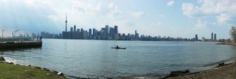 Sikt av Toronto från över sjön Royaltyfri Foto
