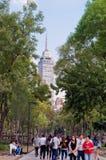 Sikt av Torre Latinoamericana från gatan i Mexico - stad Royaltyfria Foton