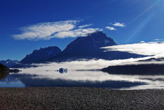 Sikt av Torres del Paine från grå färg sjön Arkivfoto