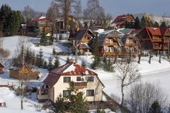 Sikt av trähusen av en liten slovak by royaltyfria bilder