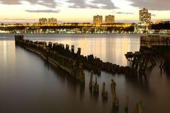 Sikt av träpilotis på Hudson River och nytt - ärmlös tröja i bakgrunden Royaltyfri Fotografi