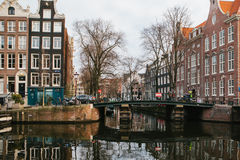 Sikt av traditionella hus i Amsterdam Nederländerna Europa Solnedgång afton europeisk husstil kanaler Arkivfoto