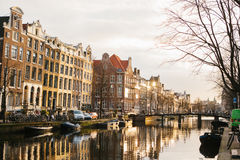 Sikt av traditionella hus i Amsterdam Nederländerna Europa Solnedgång afton europeisk husstil kanaler Arkivbilder