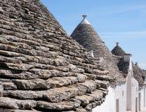 Sikt av traditionella trullihus i det Aia Piccola bostadsområdet av Alberobello i den Itria dalen, Puglia Italien royaltyfri foto