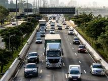 Sikt av trafik på den marginella Tiete huvudvägen i Sao Paulo arkivbild