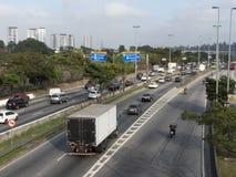 Sikt av trafik på den marginella Tiete huvudvägen i Sao Paulo arkivfoton