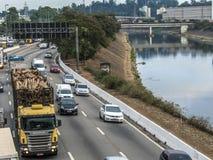 Sikt av trafik på den marginella Tiete huvudvägen i Sao Paulo royaltyfri fotografi