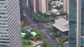 Sikt av trafik till och med Lujiazui det finansiella omr?det, Shanghai, Kina arkivfilmer