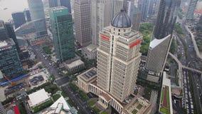 Sikt av trafik till och med Lujiazui det finansiella omr?det, Shanghai, Kina lager videofilmer