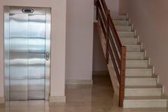 Sikt av trappuppgången med hissen i lägenhethus fotografering för bildbyråer