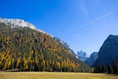Sikt av Tre Cime Three Peaks di Lavaredo på bakgrunden i hösttid, Dolomites , Italien royaltyfri bild