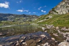 Sikt av Trefoil sjön, Rila berg, de sju Rila sjöarna, Bulgarien Fotografering för Bildbyråer
