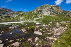 Sikt av Trefoil sjön, Rila berg, de sju Rila sjöarna, Bulgarien Arkivfoto
