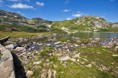 Sikt av Trefoil sjön, Rila berg, de sju Rila sjöarna, Bulgarien Royaltyfri Fotografi