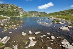 Sikt av Trefoil sjön, Rila berg, de sju Rila sjöarna, Bulgarien Arkivfoton