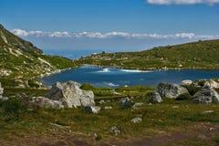 Sikt av Trefoil sjön, Rila berg, de sju Rila sjöarna, Bulgarien Arkivbild