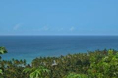 Sikt av trevlig tropisk bakgrund uppifrån av ett berg Royaltyfria Bilder