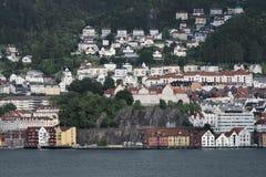 Sikt av träfärgade hus på bakgrunden av berg, Bergen Arkivbild