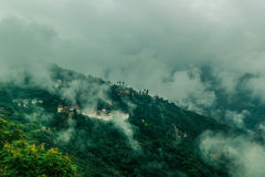 Sikt av Trongsa Dzong med dimmiga kullar, Bumthang, Bhutan, Asien Royaltyfria Bilder