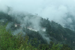 Sikt av Trongsa Dzong med dimmiga kullar, Bumthang, Bhutan, Asien Arkivbilder