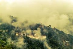 Sikt av Trongsa Dzong med dimmiga kullar, Bumthang, Bhutan, Asien Royaltyfria Foton