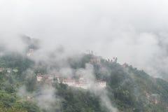 Sikt av Trongsa Dzong med dimmiga kullar, Bumthang, Bhutan, Asien Royaltyfri Bild