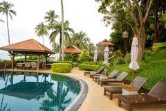 Sikt av tropiska palmträd från pölsemesterorten royaltyfri bild