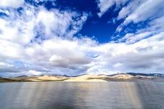 Sikt av Tso Moriri sjökustlinjen i Ladakh, Indien Royaltyfria Bilder
