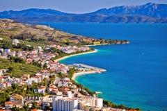 Sikt av Tucepi strand i Makarska riviera arkivfoton