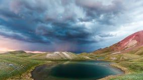 Sikt av Tulpar Kul sjön i Kirgizistan under stormen arkivbilder