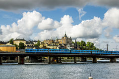 Sikt av tunnelbanabron och det kust- området i centrala Stockho royaltyfria foton