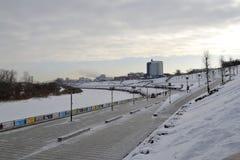 Sikt av Tura River och invallningen i Tyumen, Ryssland febrila royaltyfri fotografi