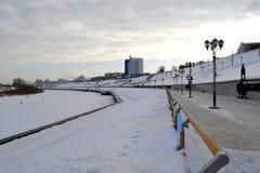 Sikt av Tura River och invallningen i Tyumen, Ryssland febrila royaltyfri foto