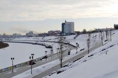 Sikt av Tura River och invallningen i Tyumen, Ryssland febrila royaltyfria foton