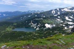 Sikt av två av de sju Rila sjöarna i Bulgarien arkivfoton