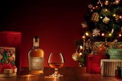 sikt av två exponeringsglas med whisky på färg tillbaka Arkivfoto