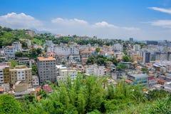 Sikt av typiska bostads- hus i grönområdet av Santa Teresa, Rio de Janeiro arkivbild
