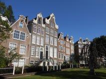 Sikt av typiska byggnader i Amsterdam royaltyfria foton