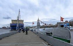 Sikt av ubåtmuseet S-189 och isbrytaren Murmansk Arkivfoton