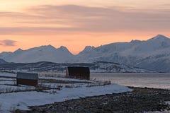 Sikt av Ullsfjordenen och de Lyngen fjällängarna, Lyngen, Tromsoe, Norge Royaltyfri Bild