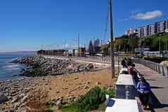 Sikt av ungdomarpå chilenares traditionella strand Arkivbilder