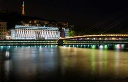 Sikt av upphängningbron, Saone River på natten, Lyon Royaltyfri Foto